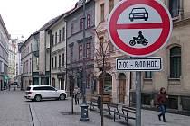 Zákaz vjezdu do Jakubské ulice v Brně.