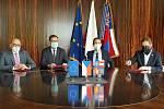 Podpis koaliční smlouvy ve vile Tugendhat - zleva František Lukl, Jiří Nantl, Jan Grolich a Lukáš Dubec.