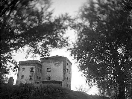 Sladovnu nechal kolem roku 1890 postavit židovský podnikatel Rudolf Briess. Dnes je budova ve velmi špatném stavu a kulturní akce hostí zatím pouze příležitostně.