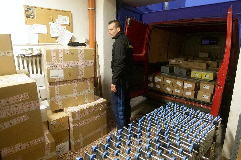 Před Vánoci nemají spoustu práce jen prodavači v obchodech. Trojnásobek zásilek mají v depech přepravních firem.