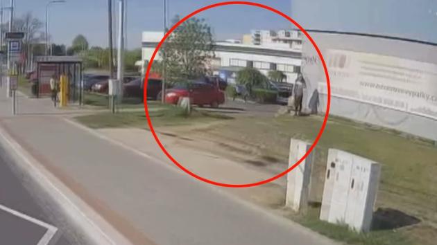 Zloděj u líšeňského supermarketu zbil staršího muže teleskopickým obuškem. Chtěl ho okrást.