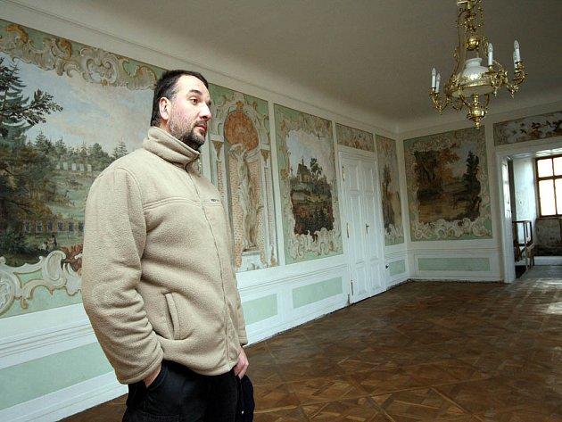 Kastelán hradu Veveří Petr Fedor obhlíží opravený společenský sál.
