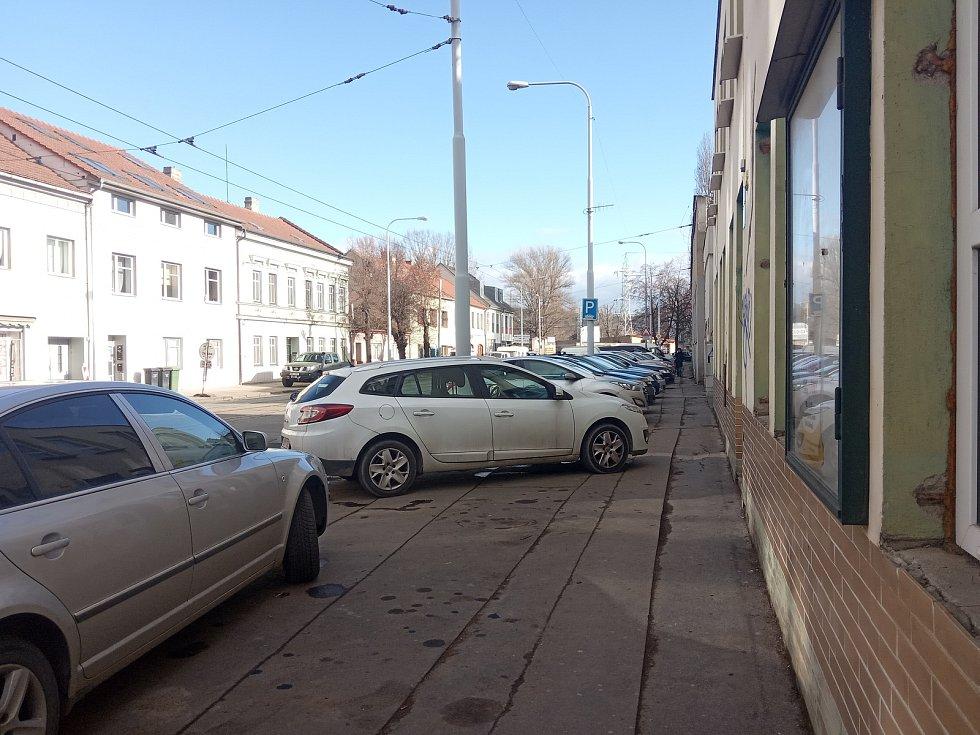 Řidiči v Husovicích nechávají svá auta na chodnících.