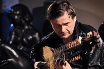 Kytaro-loutnista Edin Karamazov z Bosny a Hercegoviny je držitelem mnoha prestižních ocenění, v roce 2002 byl navržen na cenu Grammy.
