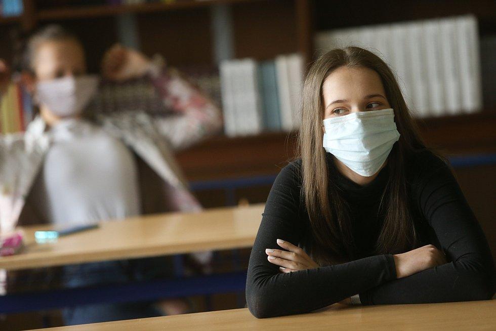 Distanční výuka některým studentům vůbec nevyhovuje. Jsou unavení, chybí jim spolužáci.