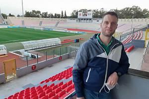 Sportovní redaktor Deníku Jaroslav Kára na maltském národním fotbalovém stadionu Ta' Qali.
