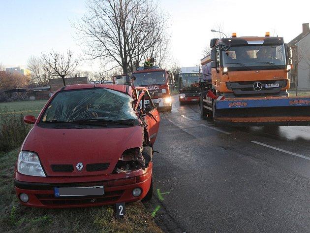 V Kšírově ulici v brněnském Komárově se srazilo osobní auto s nákladním.