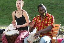 Hudebníci z Konga rozvířili bubny v Otevřené zahradě.