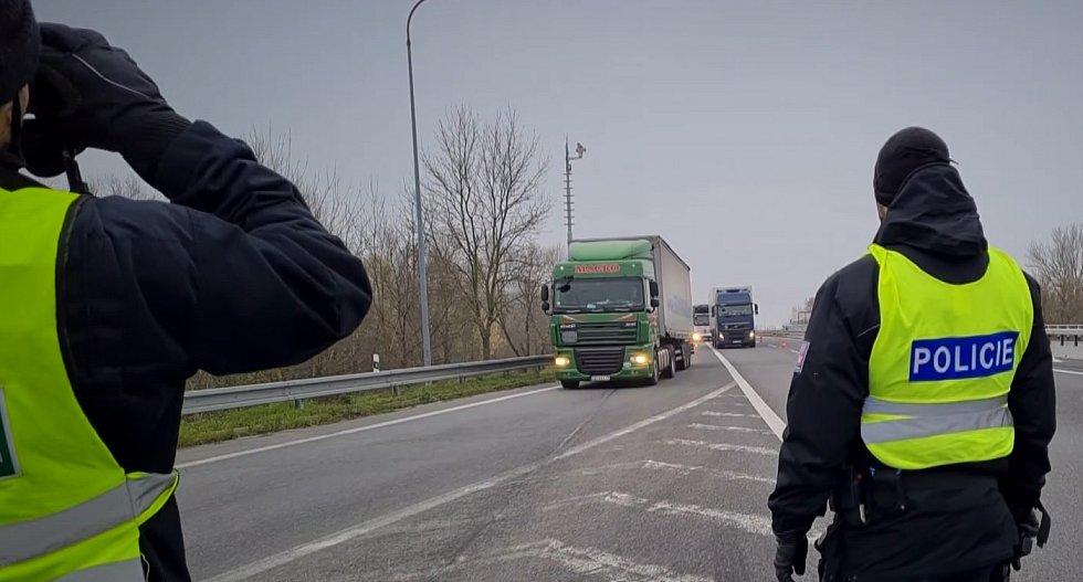 Více než tři desítky policistů z Jihomoravského kraje při kontrolní akci zaměřené na nelegální tranzitní migraci zkontrolovali společně s Celní správou přes 400 vozidel.
