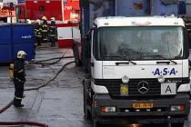 Hasiči likvidují požár průmyslové haly v brněnské Líšni.