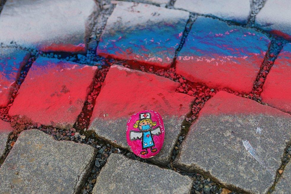 Srdce z kamínků vzniká na brněnském Zelném trhu a na náměstí v Bučovicích. Barevný kamínek může přinést kdokoliv. Srdce je poděkováním zdravotníkům a dalším lidem z první linie boje proti koronaviru.