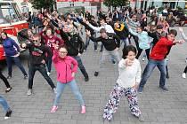 Tancem na brněnském náměstí Svobody v pátek studenti a vyučující Masarykovy univerzity připomněli pětadevadesáté výročí založení školy.
