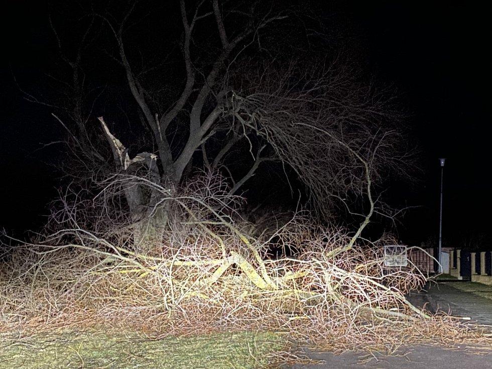 Řádění větru v Banticích na Znojemsku. Nikdo z místních se nezranil.