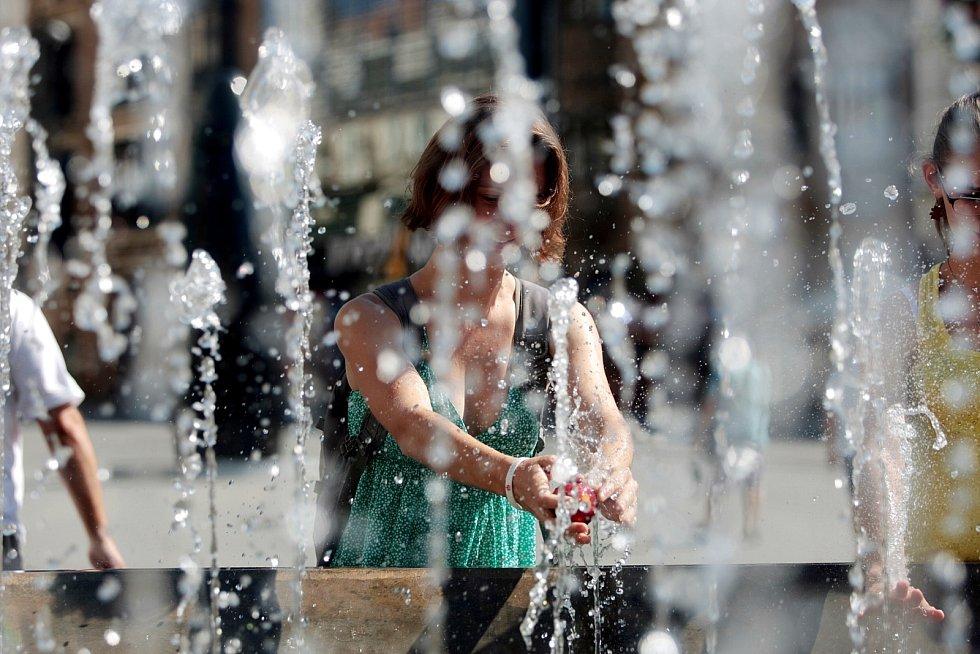 Ve víkendových vedrech se lidé chladili i v centru města Brna.