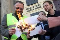 Jiří Zlatuška (vlevo) už v roce 2006 symbolicky pálil obálky na znamení boje s korupcí na magistrátu.