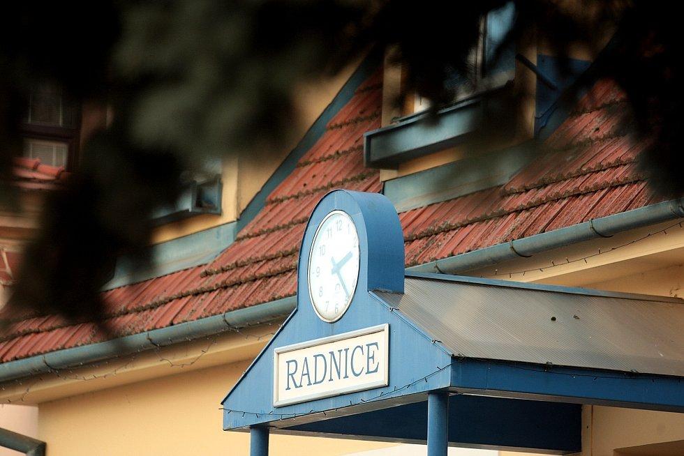 O radnici bojuje městská část v Chrlicích. Dům si totiž nárokuje také Biskupství brněnské. O majiteli proto rozhodne soud. Vedení městské části uvažuje rovněž o stavbě nového úřadu.