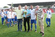 Fotbalisté Tišnova (v bílé) roli favorita finále krajského poháru zvládli. Po bezgólové remíze s Rousínovem rozhodly penalty.