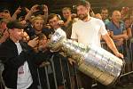 Michal Kempný přivezl ukázat na Moravu Stanley Cup.