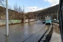 Havárie vodovodu u zastávky Kamenolom v Brně.