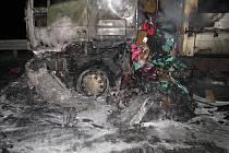 Na dálnici D2 u Brna shořel v pátek nad ránem nákladní vůz převážející textil.