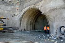 Stavbaři v brněnské Žabovřeské ulici už vyrazili viditelnou část budoucího tramvajového tunelu, a to i za pomoci těžké techniky.