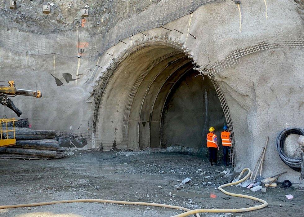Stavbaři v brněnské Žabovřeské ulici už vyrazili viditelnou část budoucího tramvajového tunelu, a to i za pomoci těžké techniky. :