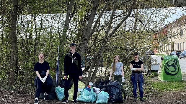 V sobotu vyrazila skupina lidí z Happy Nature sbírat odpad v okolí uzavřeného mostu v Maloměřicích.