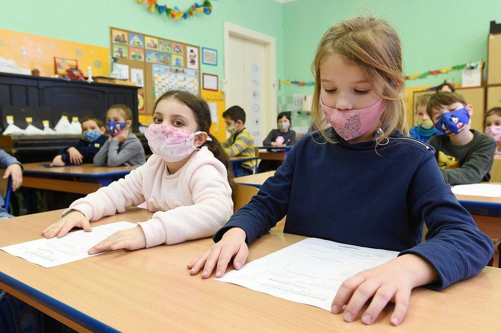 Do školek se vrací předškoláci a do škol děti z prvního stupně.