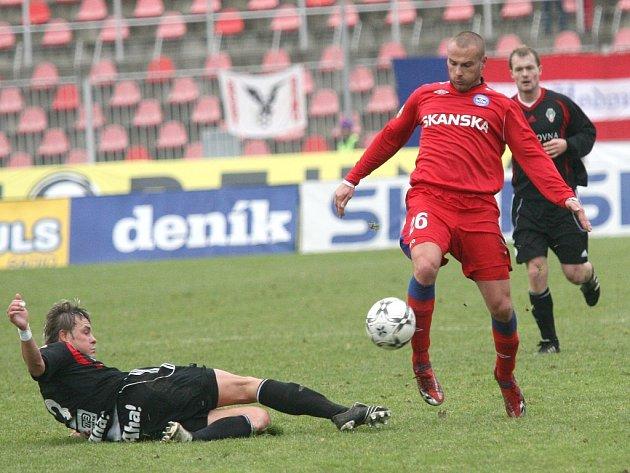 Tomáš Došek (v červeném) se probíjí před žižkovskou branku.