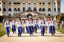Oblíbený folklorní festival Milotice i letos přinese pořádnou porci skvělých folklorních pořadů. Návštěvníci si je mohou vychutnat i v nádherném prostředí zámeckého areálu, jenž je pro relaxaci jako stvořený. Na své si přijdou všechny věkové kategorie, pr