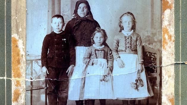 Vše začalo fotografií matky a tří dětí.