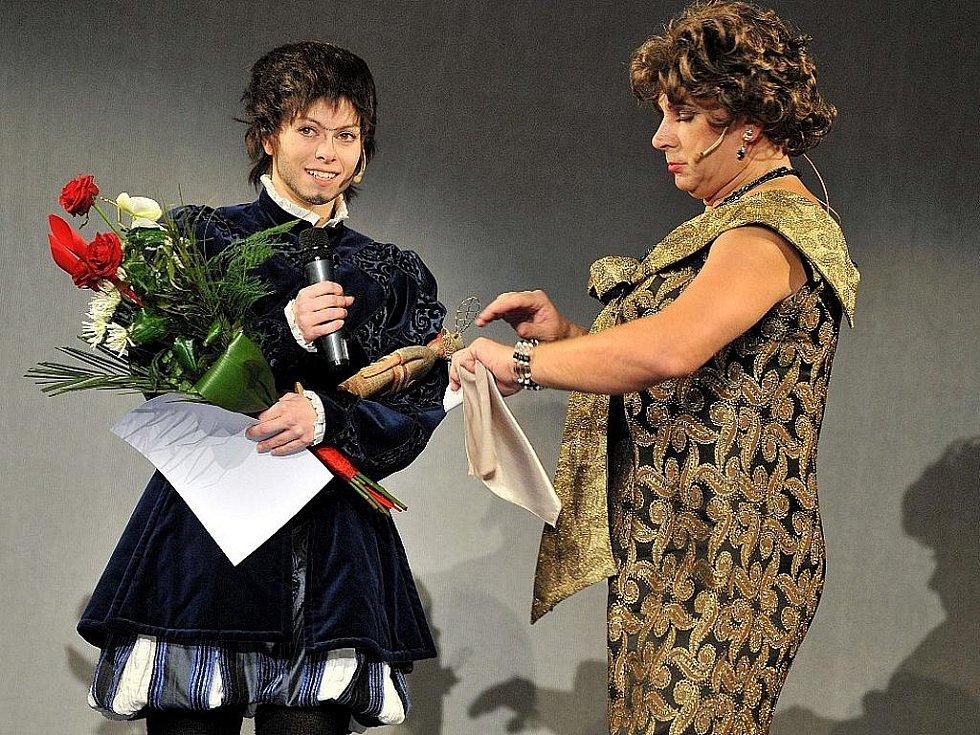 Nejpopulárnější herečkou sezony 2008/2009 se stala Hana Holišová, na snímku s Janem Mazákem.