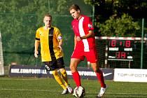 Patrik Levčík (v červeném) vstřelil historicky první branku celostátní Ligy malého fotbalu v České republice.