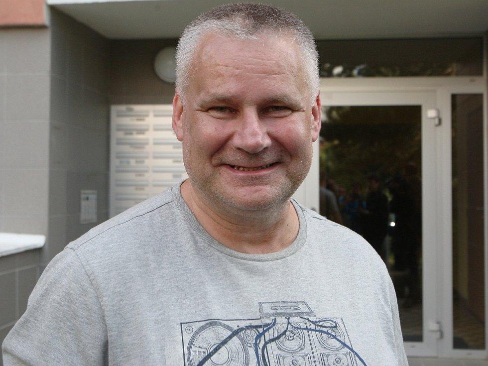 Omilostněný Jiří Kajínek před bystrckým bytem řekl, že zatím se setkává se samými dobrými reakcemi lidí.