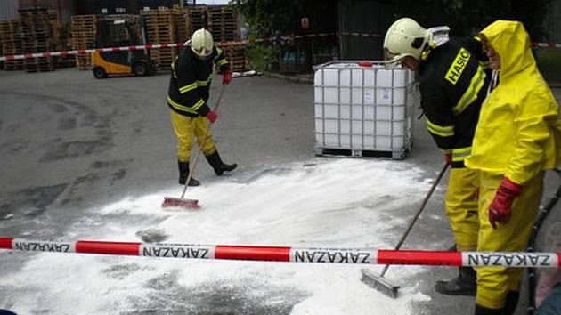 Padesát litrů kyseliny sírové vyteklo na zem ve skladišti doručovací firmy v Pohořelicích.