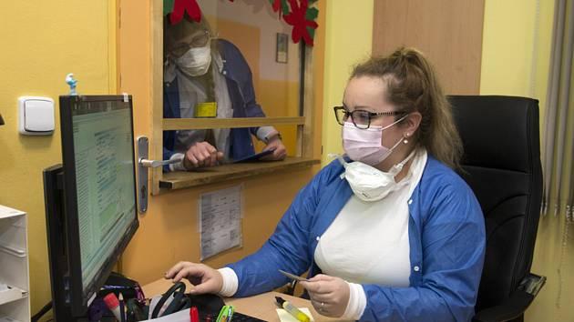 Strach z koronaviru. Lidé vykoupili ochranné roušky