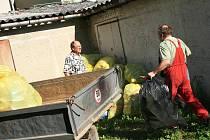 Ve Křtinách zkoušejí novou koncepci třídění odpadů. Kromě kontejnerů na plasty, sklo, papír mohou lidé plasty a krabice od nápojů dávat do pytlů, které ke konci měsíce nechá vedení městyse z jednotlivých domácností hromadně svést.