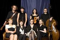 (NE)ZNÁMÉ TALENTY. Horáčkovy skladby přednesou (zleva) Josef Štěpánek (kytara), Hana Robinson (piano, zpěv), Anna Mlináriková (housle), Jan Tenhler (basa), Naďa Válová, Věra Nerušilová, Natálie Kocábová a Lenka Nová.