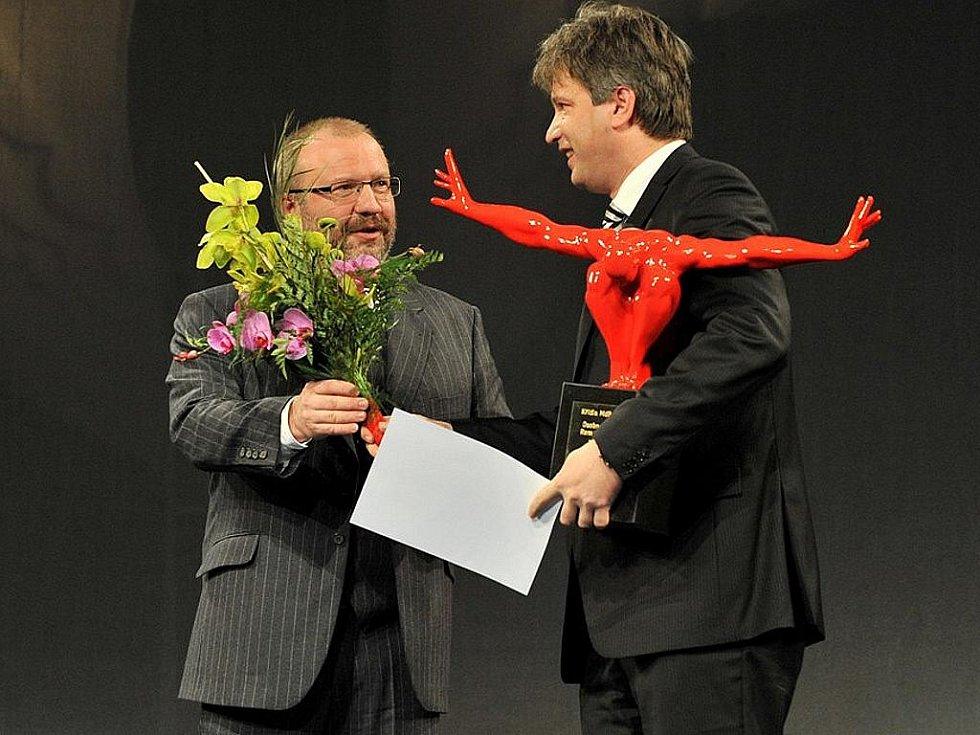 Cenu Osobnosti roku převzal z rukou ředitele divadla Stanislava Moši primátor města Brna pan Roman Onderka.