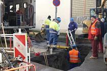 Po pondělním výbuchu plynu pod třídou Kapitána Jaroše řeší plynaři v pátek dopoledne další havárii. Tentokrát v nedaleké ulici Antonína Slavíka, kde plyn unikl už ve čtvrtek odpoledne. Události spolu zřejmě nesouvisí.