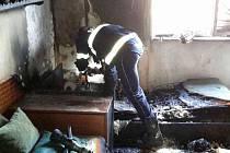 Důchodkyni v bezvědomí a s vážnými popáleninami vynesli z hořícího bytu hasiči ve středu krátce před šestou večer. Do bytu v kuřimské Jungmannově ulici museli vniknout násilím.