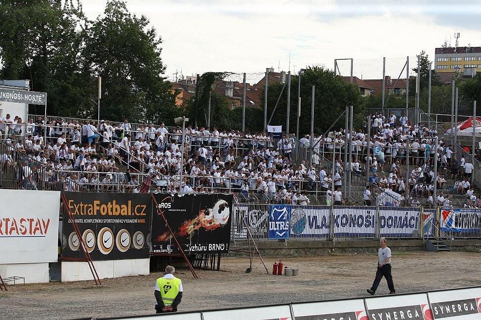 Fanoušci Baníku Ostrava na tribuně stadionu v Srbské ulici. Na zápas se Zbrojovkou přijeli v bílých tričkách.