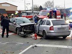 V brněnské Kníničské ulici se srazila tři auta. Zraněné převezli do nemocnice s lehkými zraněními. Byly to dvě děti a matka.