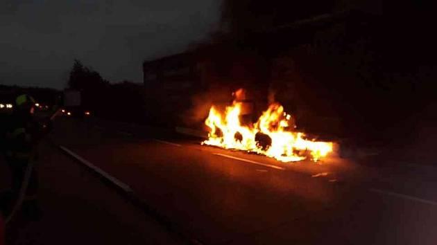 Dálnici zablokoval hořící návěs. Škoda je 300 tisíc