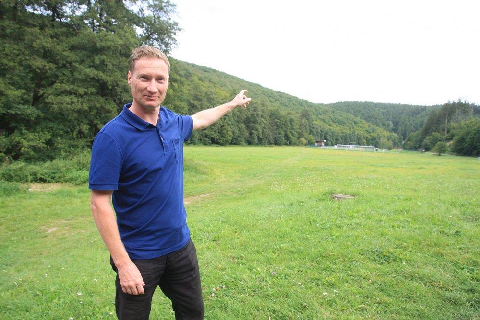 Tomáš Tureček ukazuje na singletrailové stezky v okolí Mariánského údolí.