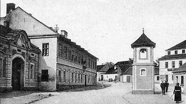 Tomkovo náměstí v minulosti, kdy se ještě jmenovalo Kárného náměstí. Fotografie pochází z knihy Brno – historické fotografie z městské části Brno-sever od Přemysla Dížky.