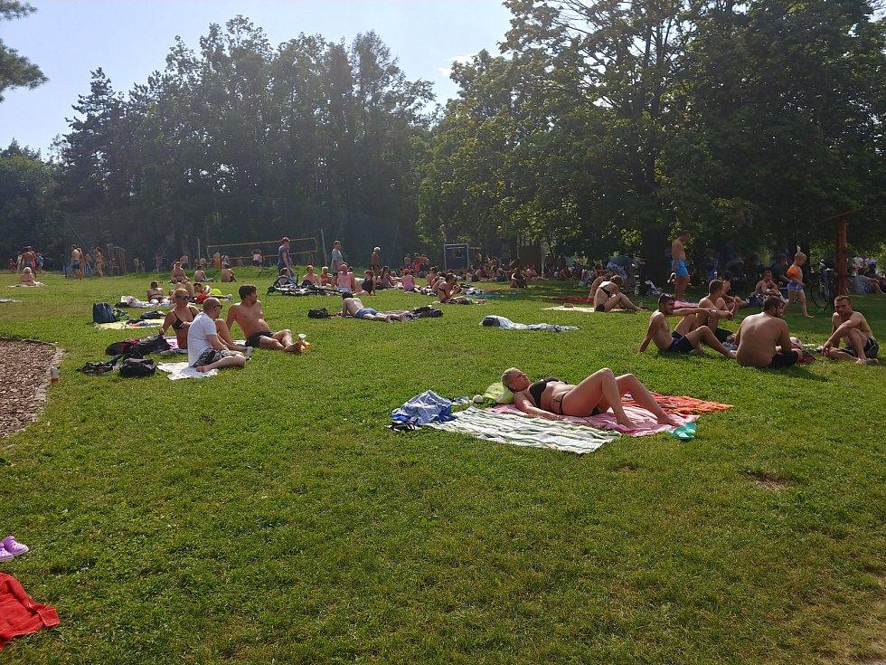 Zástupy lidí na Brněnské přehradě o druhém srpnovém víkendu. V sobotu u Pryglu kolabovala doprava.
