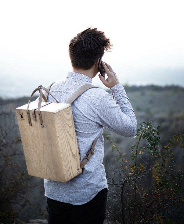 Jonáš Kůra z Brněnska se zaměřil na dřevěnou módu. Založil firmu, která vyrábí originální batohy Woodbag.