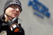 Brněnští strážníci v těchto dnech používají při práci v ulicích respirátory.