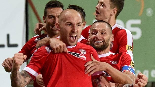 14. kolo druhé ligy mezi domácí Zbrojovkou Brno (červená) a Vítkovicemi.
